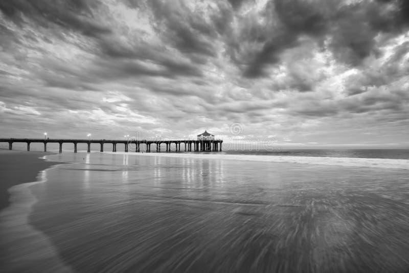 Por do sol preto e branco do cais de Manhattan Beach imagens de stock