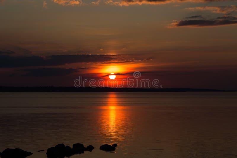 Por do sol preto vermelho fantástico no fundo de nuvens pretas U imagens de stock royalty free