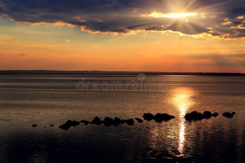 Por do sol preto vermelho fantástico no fundo do céu preto Ukrai fotografia de stock