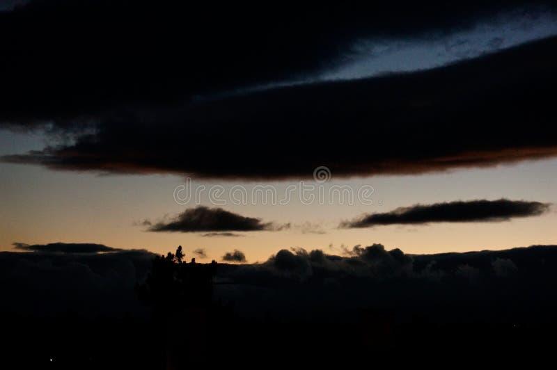 Por do sol profundo Troia, Portugal foto de stock