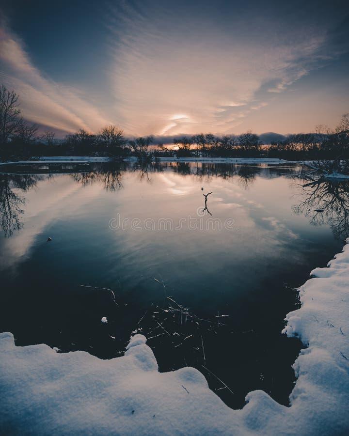 Por do sol que reflete na lagoa fotos de stock
