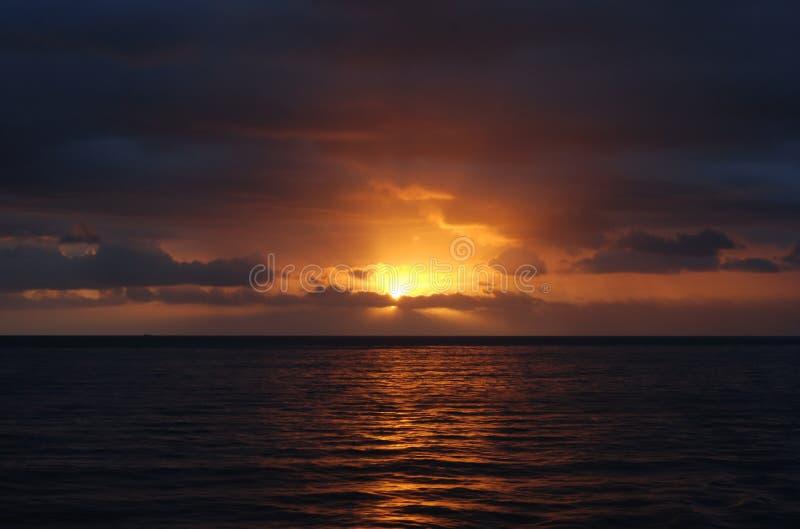 Por do sol que reflete no mar fotos de stock royalty free