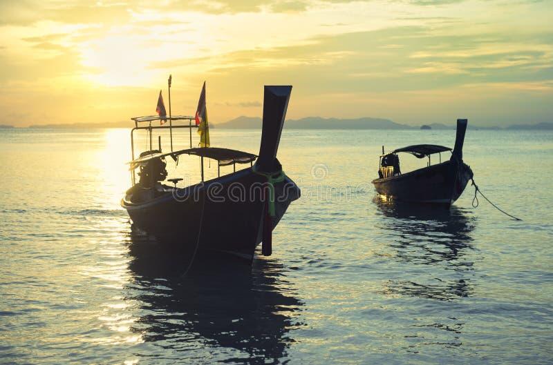 Por do sol Railay Tailândia dos barcos de Longtail imagem de stock