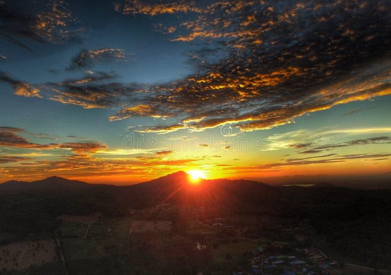 Por do sol Redsky e montanhas fotos de stock royalty free