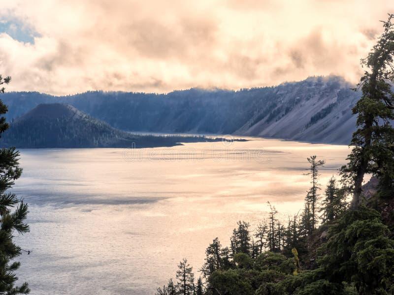 Por do sol refletido na água no lago crater imagem de stock
