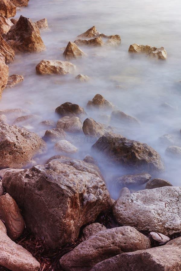 Por do sol rochoso do litoral imagem de stock royalty free