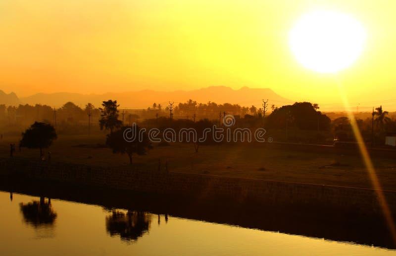 Por do sol romântico com árvores lago, fundo da natureza dos montes fotos de stock royalty free