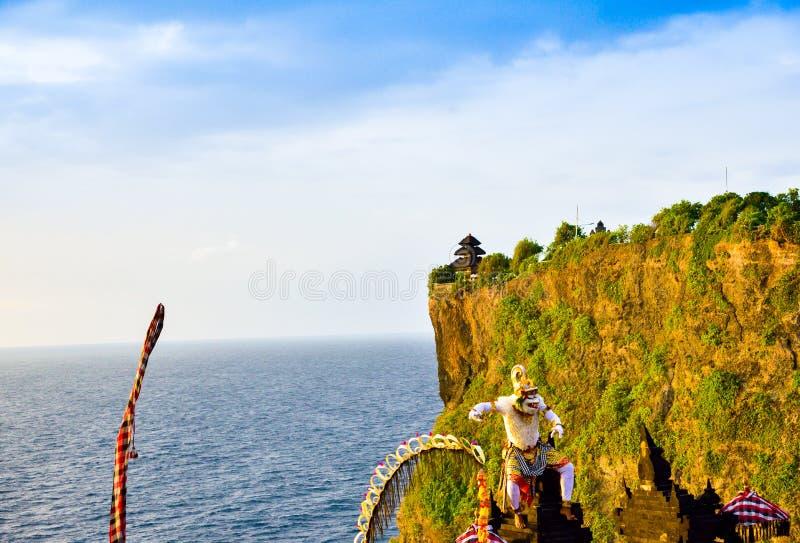Por do sol romântico de Goregeous no penhasco sobre a montanha com o templo sagrado no caráter superior e branco do deus do macac imagem de stock royalty free
