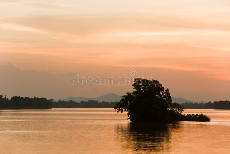 Por do sol romântico em um rio imagens de stock