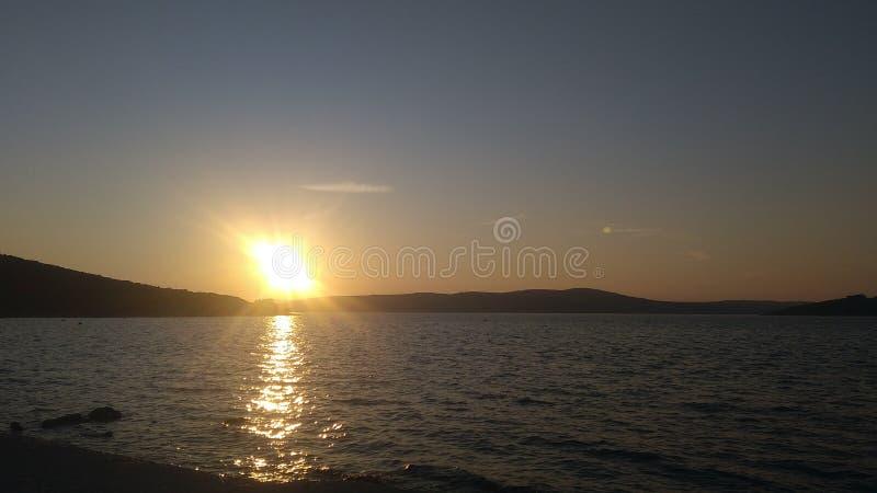 Por do sol romântico na praia imagens de stock royalty free