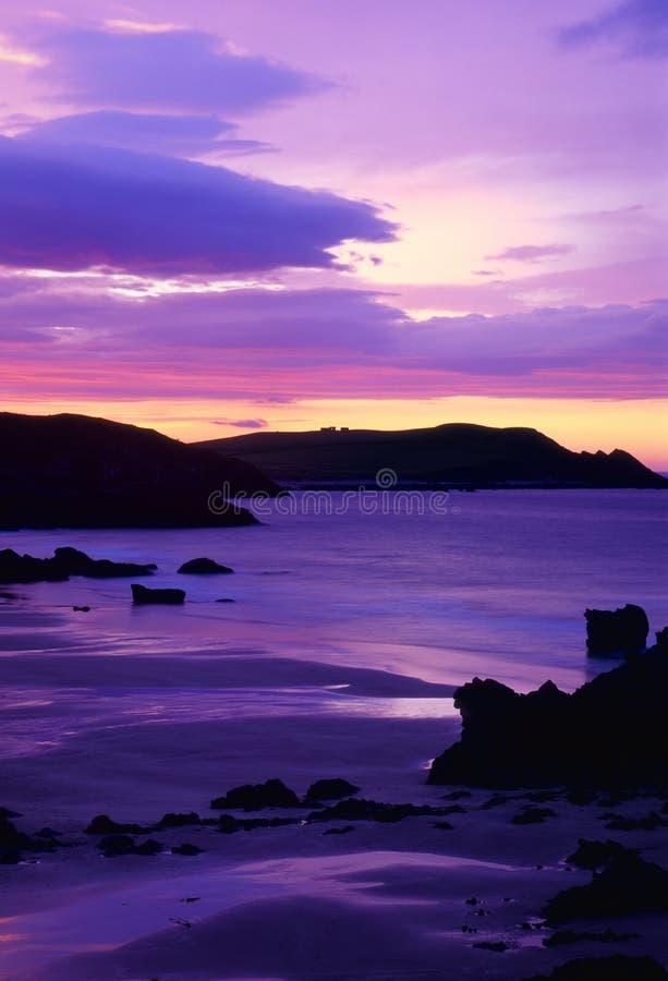 Por do sol roxo da baía de Sango, Escócia fotografia de stock royalty free