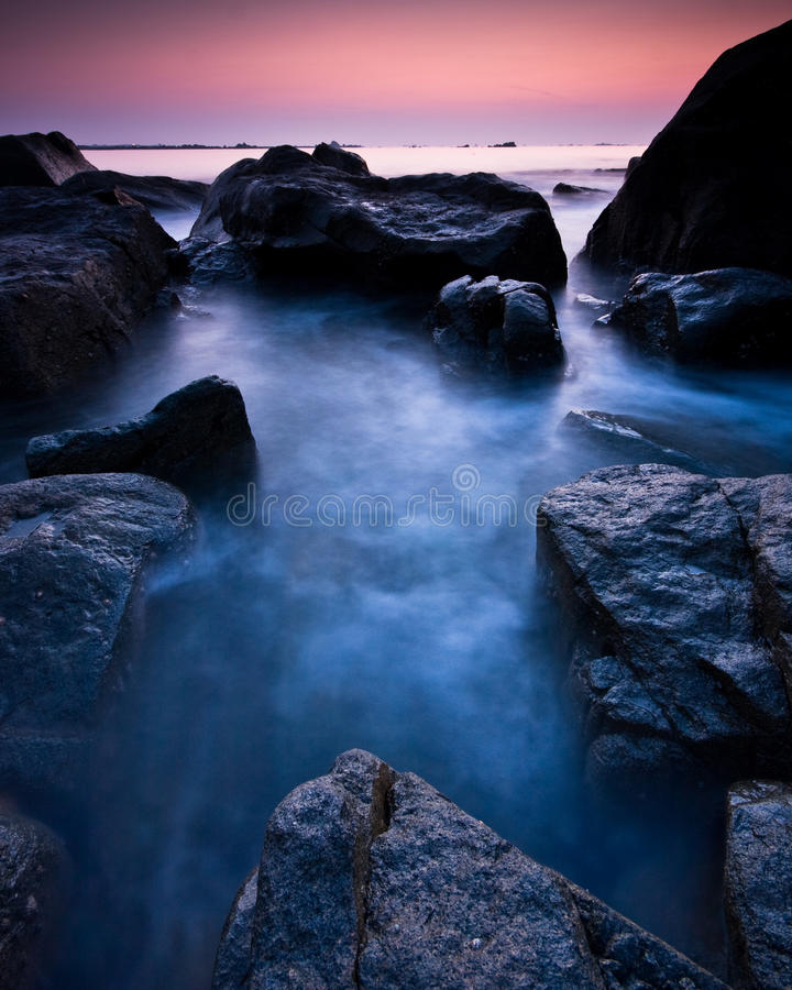 Por do sol roxo de Guernsey fotos de stock royalty free
