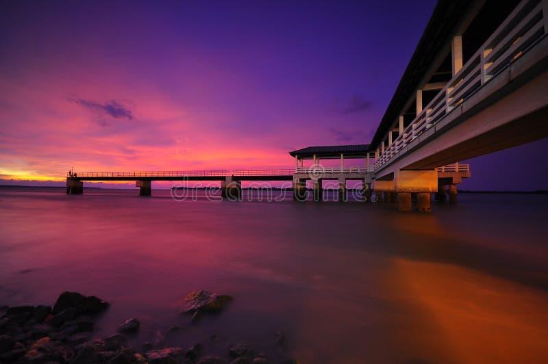 Por do sol roxo na foto do estoque do molhe de Bagan Datoh Malaysia foto de stock royalty free