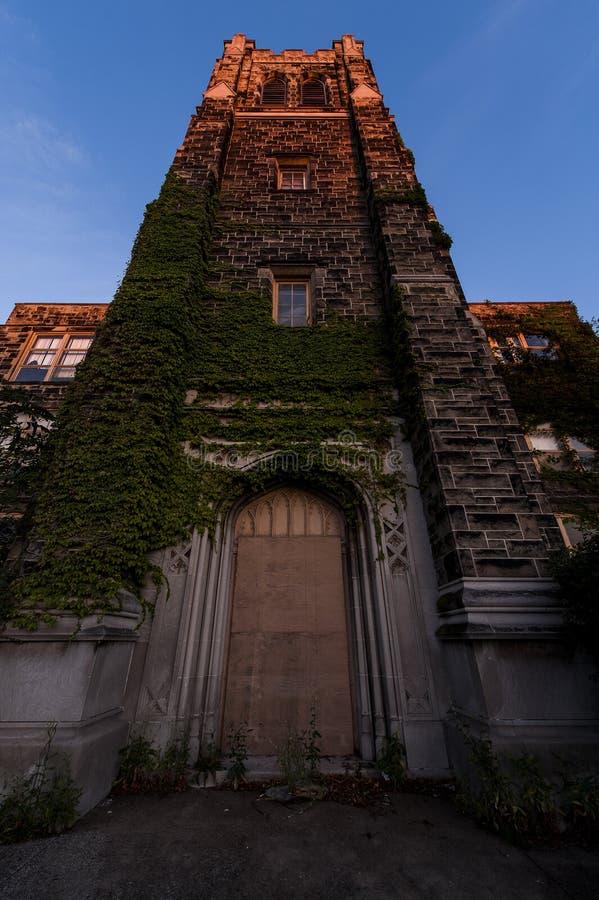 Por do sol - Saint abandonado Philomena School, Cleveland do leste, Ohio imagem de stock