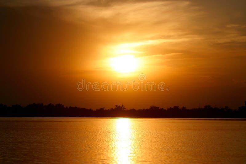 Por do sol sobre a água foto de stock