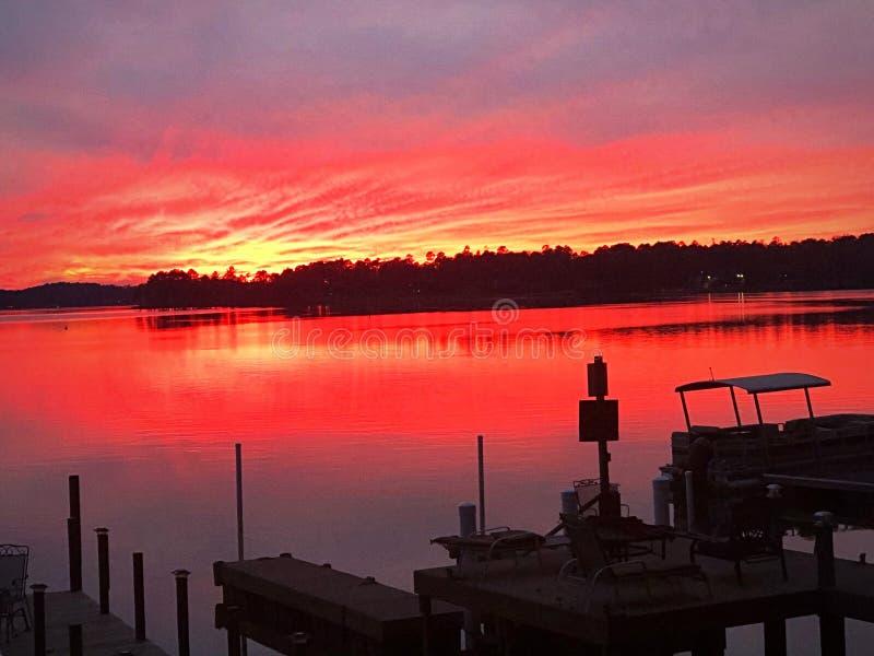 Por do sol sobre a água do lago imagens de stock royalty free