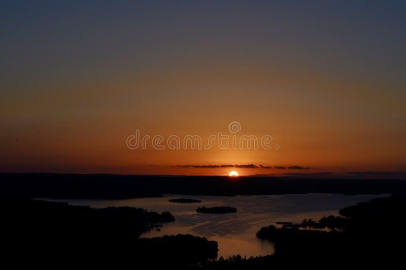 Por do sol sobre a água no ` s de Ozark fotos de stock