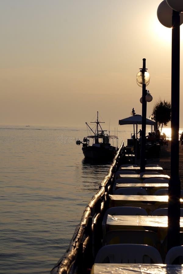 Por do sol sobre a aldeia piscatória em greece fotografia de stock