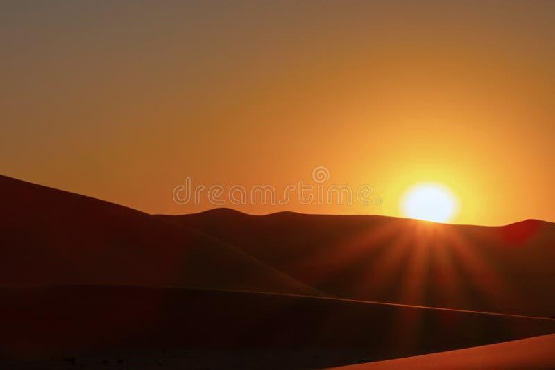 Por do sol sobre as dunas de areia no deserto fotografia de stock
