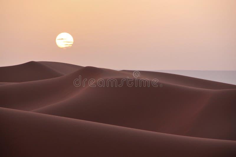 Por do sol sobre as dunas no deserto de Marrocos imagens de stock