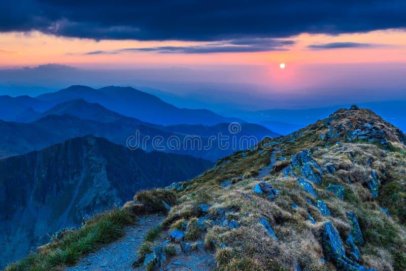 Por do sol sobre as montanhas de Fagaras, Carpathians do sul fotografia de stock royalty free