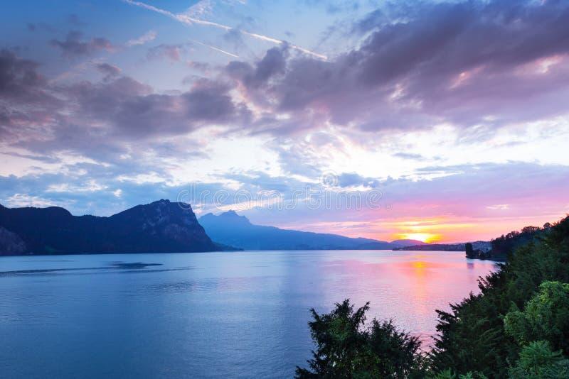 Por do sol sobre as montanhas dos cumes em Suíça fotografia de stock