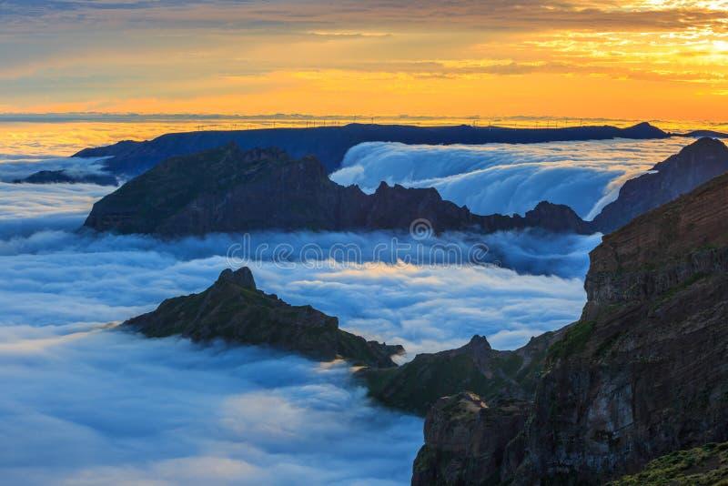 Por do sol sobre as montanhas, ilha de Madeira foto de stock
