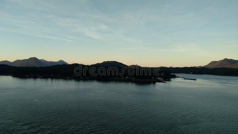 Por do sol sobre as montanhas que quebram através da nebulosidade pesada no Oceano Pacífico no Estados Unidos da América de Alask fotografia de stock royalty free