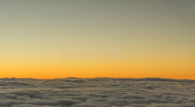 Por do sol sobre as nuvens imagem de stock