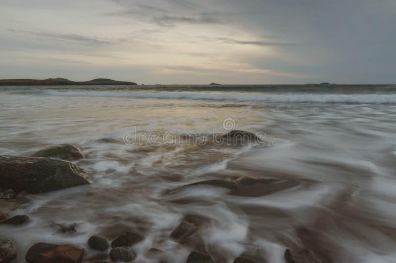 Por do sol sobre as ondas de oceano foto de stock
