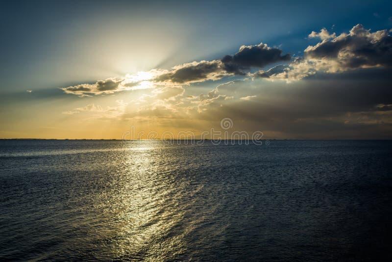 Por do sol sobre a baía de Manila, vista de Pasay, metro Manila, o Phili fotos de stock royalty free