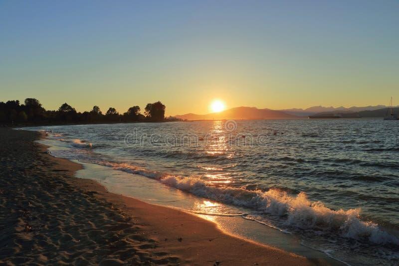 Por do sol sobre a baía inglesa de Jericho Beach, Vancôver, Columbia Britânica imagens de stock
