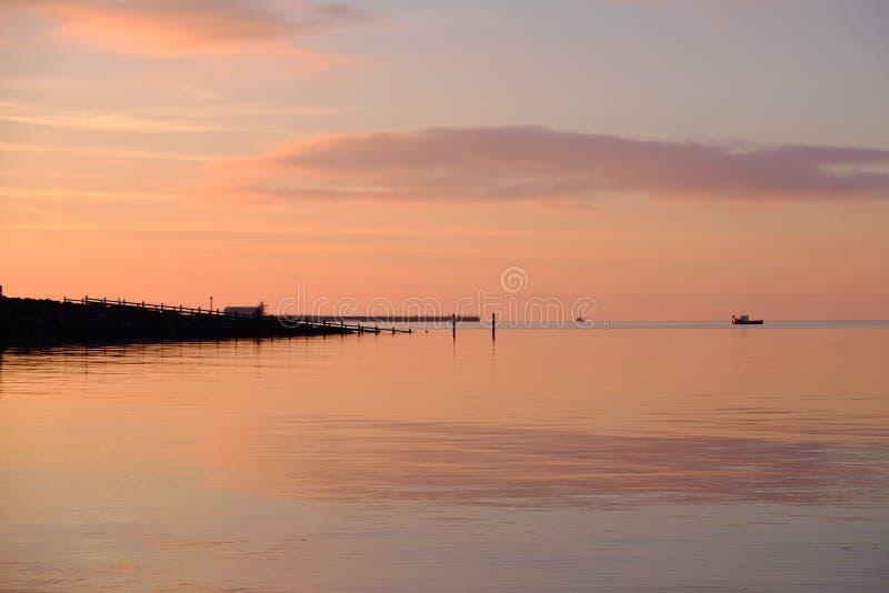 Por do sol sobre a baía Lancashire Reino Unido Inglaterra de Morecambe imagens de stock