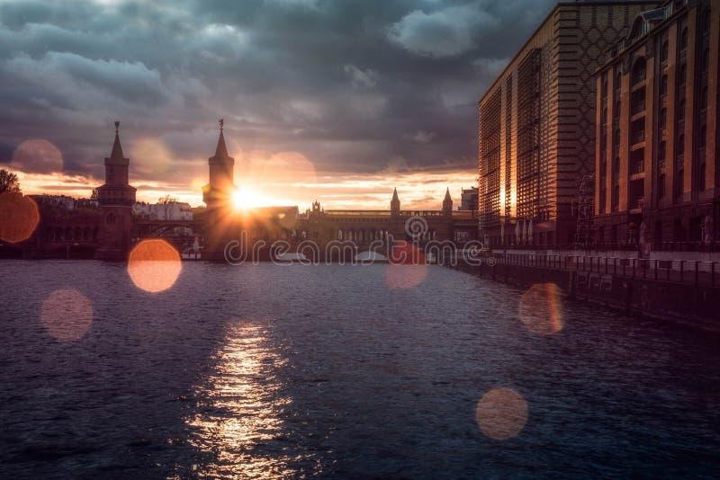 Por do sol sobre Berlim imagens de stock