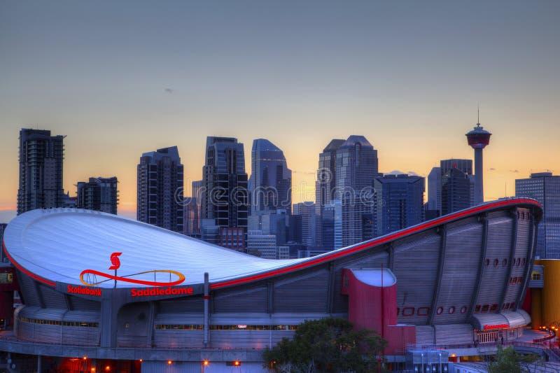 Por do sol sobre Calgary do centro e Saddledome imagem de stock royalty free