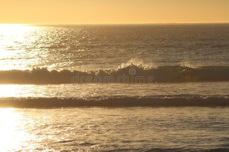 Por do sol sobre Capetown com ondas e mar imagens de stock royalty free
