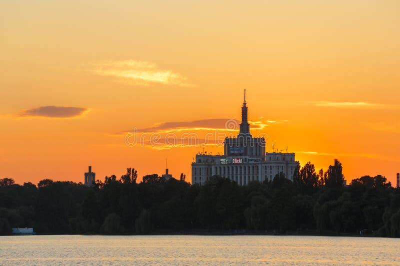 Por do sol sobre a casa da imprensa livre, Bucareste fotos de stock
