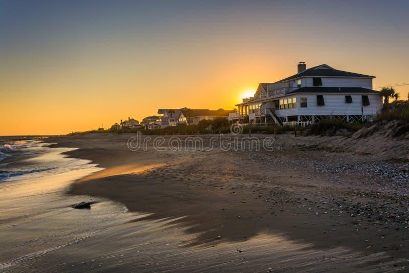 Por do sol sobre casas beira-mar na praia de Edisto, South Carolina fotografia de stock royalty free