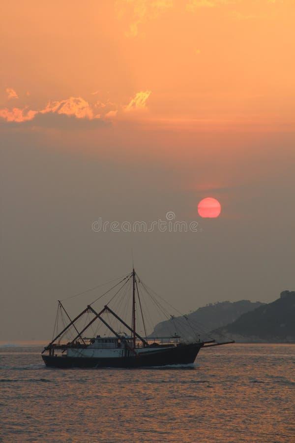 Por do sol sobre Cheung Chau imagem de stock