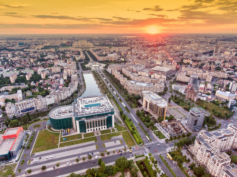 Por do sol sobre a cidade de Bucareste fotografia de stock