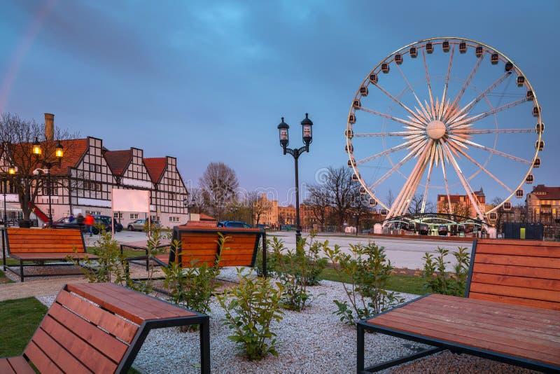 Por do sol sobre a cidade de Gdansk com a roda de ferris iluminada, Polônia imagens de stock