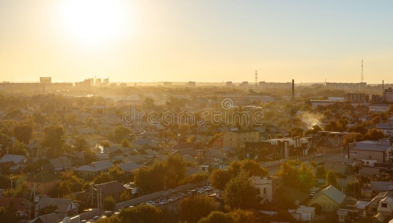 Por do sol sobre a cidade de Karaganda, Cazaquistão fotografia de stock royalty free