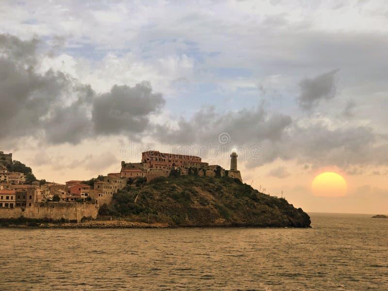 Por do sol sobre a cidade de Portoferraio fotografia de stock royalty free
