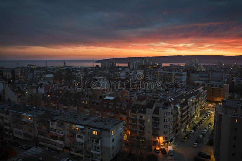 Por do sol sobre a cidade de Varna fotos de stock