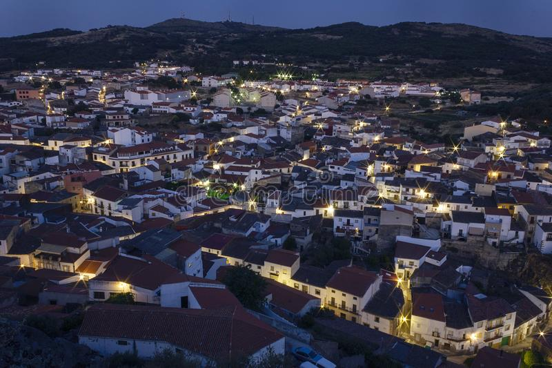 Por do sol sobre a cidade pequena de Montanchez fotografia de stock