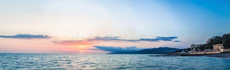 Por do sol sobre a costa foto de stock