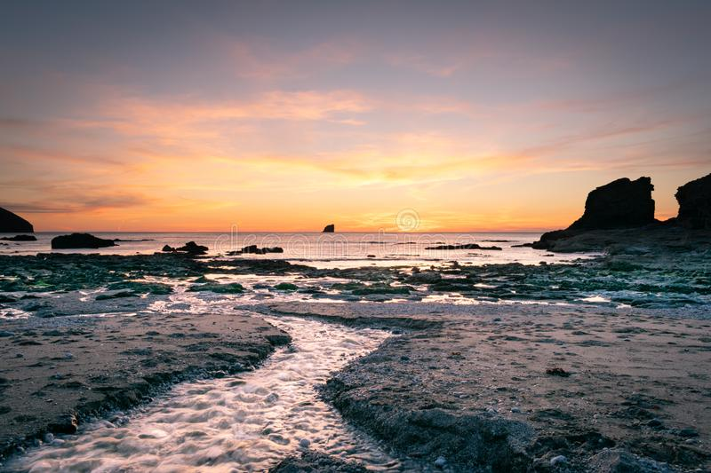 Por do sol sobre a costa c?rnico foto de stock royalty free