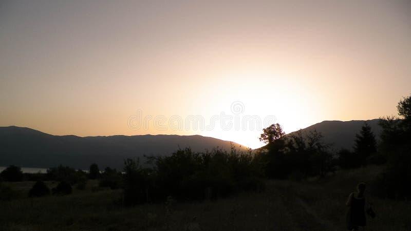 Por do sol sobre a costa do lago Prespa e as montanhas do parque nacional de Galicica, Macedônia foto de stock royalty free