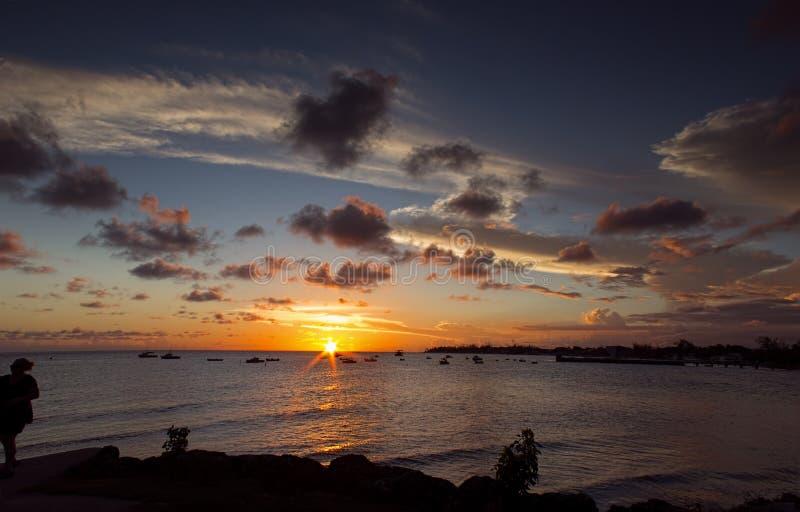 Por do sol sobre a costa oeste de Barbados foto de stock