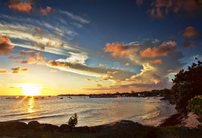Por do sol sobre a costa oeste de Barbados vista de Oistins imagens de stock
